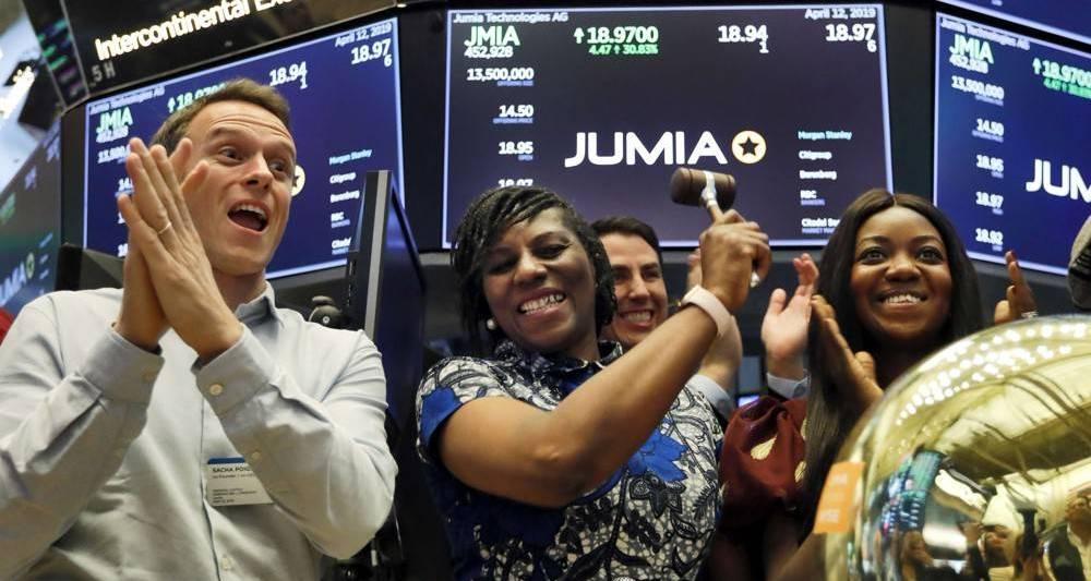 Sacha Poignonnec, cofondateur et codirigeant de Jumia (à gauche) applaudit la directrice générale de Jumia Nigeria, Juliet Anammah (au centre), qui sonnait la cloche ce vendredi matin à la Bourse de New York pour la première cotation de la plate-forme d'e-commerce africaine.
